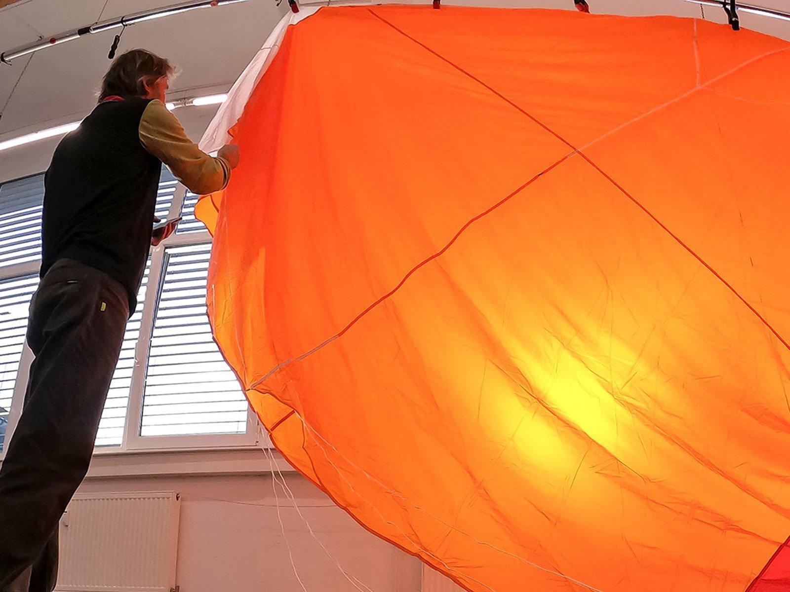 Rettung Check Aufhängen, Lüften, Durchleuchten und Sichtkontrolle Tuch